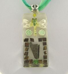 Collier libellule verte et blanche, résine, mosaique de copeaux d'acier, perle verte @long-nathalie : Collier par long-nathalie