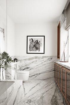 Мрамор в творческой обработке — очень благородный камень, поэтому стал излюбленным отделочным материалом многих высококлассных жилых домов на протяжении многих лет. Подборка современных ванных комнат в этой статье удивит вас благородностью, разнообразием видов и форм мрамора, как отделочного материала.