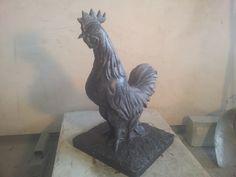 Coq pour un monument aux morts Réalisé en pierre de hainaut Hauteur 65 cm  Largeur/longueur 40x40 cm