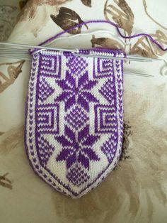 Fair Isle Knitting, Knitting Socks, Mitten Gloves, Mittens, Lana, Diy And Crafts, Crochet Patterns, Booty, Stitch