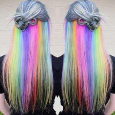 Chica con el cabello gris con un arcoirisi en la mitad del cabello