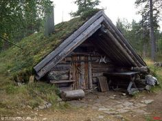 Tupa sod roof cabin We'll make this for our AirBnB guests on the ranch. Casa Viking, Viking House, Hunting Cabin, Underground Homes, Log Cabin Homes, Log Cabins, Survival Shelter, Earth Homes, Cabins And Cottages