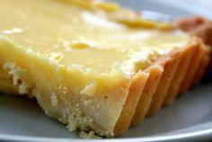 Deliciosa variação gigantesca de um pastel de nata, mas devido ao tamanho e se usares massa folhada já feita, podes fazer uma num instante. Uma tarte de pastel de nata é basicamente um leite creme bem tostado no forno numa base de massa folhada.