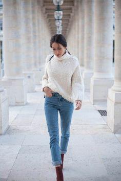 complétez le look vintage par un pull en laine, large pull blanc et bottines bordeaux en velours