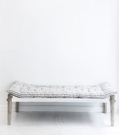 Charpoy - Ecru et gris Farmhouse Furniture, Bedroom Furniture, Diy Furniture, Bedroom Decor, Bedroom Ideas, Parisienne Chic, Wabi Sabi, Recycling, Indian Homes