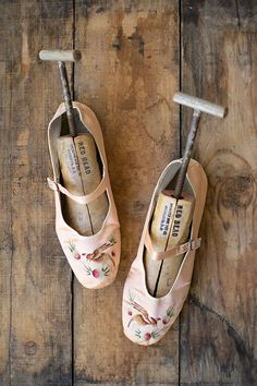 so lovely.... c. 1920's ladies hand painted slipper shoes...