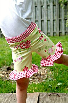"Fat Quarter Project ~ ""Everyday Play"" Ruffle Shorts « Sew,Mama,Sew! Blog"
