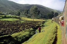 Los Andes en tren Ecuador desde la ventanilla de un tren. Ya se puede hacer gracias al tren turístico que une Quito con Guayaquil (www.trenecuadro.com). En la fotografía, el paisaje andino en el tramo entre Riobamba y Alausi, en la provincia de Chimborazo.