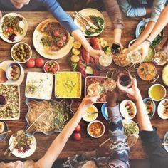 The Mediterranean Diet was just named the Best Overall Diet for 2018 by U. Here's everything you need to know about the benefits of the diet, along with what you can and can't eat on the Mediterranean Diet. Sugar Free Recipes, Gluten Free Recipes, Fast Recipes, Easy Diets To Follow, No Sugar Foods, Kitchenaid, Mediterranean Diet, Chefs, Free Food