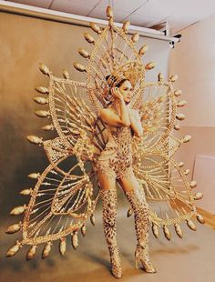 hoa ra day la ly do khien huong giang idol gianh su chu y tai hoa hau chuyen gioi! Carnival Fashion, Carnival Girl, Brazil Carnival, Carnival Outfits, Miss Universe National Costume, Showgirl Costume, Flower Costume, Recycled Dress, Mardi Gras Costumes