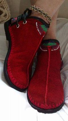 Bota artesanal,feita de couro,detalhe em crochê e bordado á mão.  Conheça mais modelos em: https://www.facebook.com/soniapasck.tudoart/