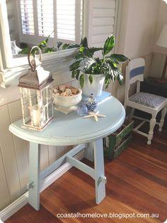 A Vintage Table Makeover in Coastal Blue. Bonne idée pour en haut des escalier à Rockland