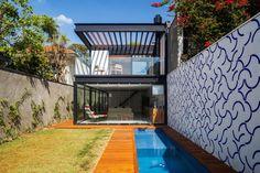 Casa con piscina. Casa 7×37 / CR2 Arquitetura