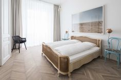 This contemporary Viennese abode stands as a testament to how sustainable interior design can actually work for modern family living. Bedroom Bed Design, Small Bedroom Designs, Bedroom Decor, Modern Chic Bedrooms, Beautiful Bedrooms, Design Studio, Scandinavian Style Bedroom, Pretty Bedroom, Classic Interior