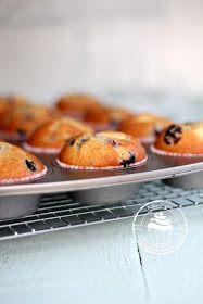 Nämä marjamuffinssit ovat helpot valmistaa. Muffinsseissa on täytteenä herkullinen vaniljainen tuorejuusto.
