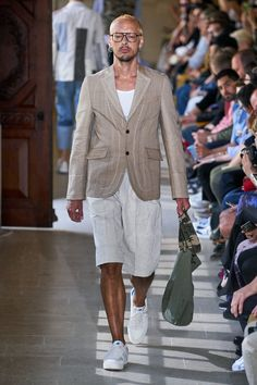 See all the Collection photos from Junya Watanabe Spring/Summer 2020 Menswear now on British Vogue Best Mens Fashion, Love Fashion, Spring Fashion, Fashion Show, Vogue Paris, Suit Shirts, Junya Watanabe, Comme Des Garcons, Men Style Tips