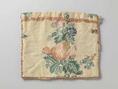 Anonymous | Tas in een plat, rechthoekig model, van crèmekleurige zijde met rozen- en andere bloemtakken, Anonymous, c. 1750 - c. 1800 | Tas in een plat, rechthoekig model, van crèmekleurige zijde met rozen- en andere bloemtakken. De tas is langs drie kanten afgezet met een lint van zalmkleurige zijde. Dit lint is ook gebruikt ter versiering van de tas net onder de bovenzoom. Iets onder de bovenzoom is een binnensleuf met smalle linten in te trekken. De tas is gevoerd met crèmekleurig…
