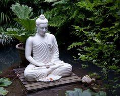 Teun's Tuinposters - Zittende boeddha bij vijver