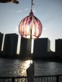 風鈴 昼花火 夏の花火大会。 打ち上げ花火を金魚すくいのように袋に入れて持ち帰れたら。太陽の光を内に包み込む風鈴です。 硝子製サイズ目安 硝子風鈴本体 直径7...|ハンドメイド、手作り、手仕事品の通販・販売・購入ならCreema。