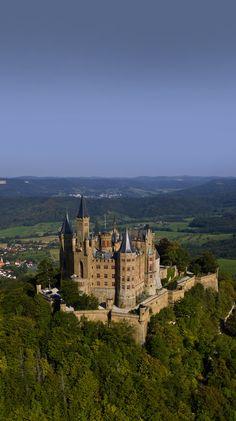 Castillo Hohenzollern, Alemania.El castillo se encuentra en la cumbre del monte Hohenzollern a una altitud de 855 metros, cerca de Hechingen, en el Jura de Suabia. La primera parte del castillo fue construida durante el siglo XI y fue completamente destruido tras un asedio de 10 meses en 1423 por parte de una alianza de las ciudades imperiales de Suabia.