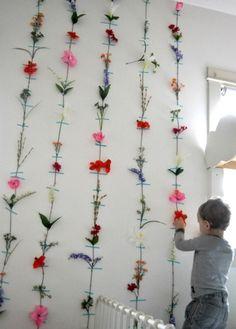 こちらはマスキングテープを使って、壁に造花を飾った素敵なアイディア。カラフルで華やかなお花のデコレーションは、パーティーの時にもぴったりです。