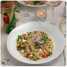 Ensalada de orzo ¨cargada¨ de color y de sabor. ¡Mmm! Queso Feta, Fried Rice, Fries, Deserts, Dishes, Carne, Ethnic Recipes, Color, Products
