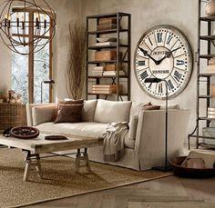 étagères métalliques, horloge murale vintage et plafonnier rustique