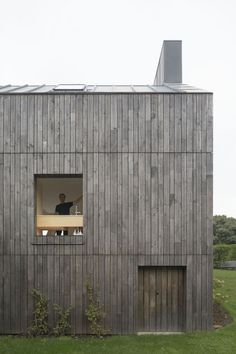 Marchi Architectes practice proposes a house divided in two seemingly independent bodies, which are however connected by a smaller volume, creating a continuous space in the inside, but giving an exterior fragmented appearance. House Cladding, Timber Cladding, Exterior Cladding, Facade Design, Exterior Design, House Design, Detail Architecture, Wooden Facade, Modern Bungalow House