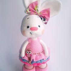 Een gratis Nederlands haakpatroon van een konijn met een jurk aan. Wil jij ook een konijn haken? Lees dan snel verder over het patroon.