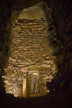 Bóveda principal del Dolmen de El Romeral desde la cámara secundaria (Necrópolis de Antequera) - Interior del Tholos de El Romeral (59,5 kb, en nueva ventana)