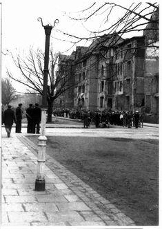 Rok 1946. Jedna z ulic w śródmieściu Poland, Sidewalk, Historia, Side Walkway, Walkway, Walkways, Pavement