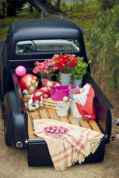 picnic in the back of a pickup truck - picknick truck Picnic Time, Summer Picnic, Summer Fun, Spring Summer, Summer Nights, Truck Bed Date, Southwestern Chicken, Pickup Trucks, Lifted Trucks