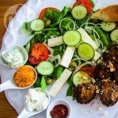 Deze lamsburgers draai je makkelijk en snel in elkaar met behulp van een keukenmachine. Verse spinazie kun je bijvoorbeeld bakken, maar ook rauw verwerken in een salade. Bij dit gerecht wordt er een Griekse salade van gemaakt met een eenvoudige te maken lekkere dressing. Samen met wat (Turks) brood en wat lekkere bijpassende dipsausjes een lekker en compleet diner. Middle Eastern Recipes, Allrecipes, Cobb Salad, Bbq, Food, Seeds, Barbecue, Barrel Smoker, Essen