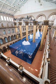 米国立建築博物館は、ワシントンDCにある建築技術やデザインをテーマにした博物館です。今年のサマーイベントのテーマは、「 Icebergs ( 氷山 )」。毎年、大ホールで開催されるサマーイベントは、地元の人ひとたちの楽しみにもなっているそうです。 今年のイベントテーマは、「 ICEBERGS ( 氷山 )」 。