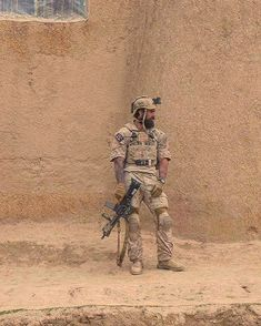 Some people believe that to be strong is that you never feel pain. Military Couples, Military Love, Army Love, Military Art, Us Army, Marine Special Forces, Man Of War, Military Pictures, Special Ops