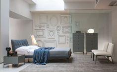 """Cama Arca de #ALIVAR Geométrica y esencial, esta cama es ideal para un dormitorio sobrio y elegante. """"Arca"""" viene con una cabecera de madera, cubierta de poliuretano y Dacron con una capa de espuma de memoria, caracterizada por la elaboración de costura que re-crea un efecto Capitonné agradable. Si deseas más información no dudes en contactar con nosotros. info@atmosferamab.com telf.965789753, hacemos envíos por España y Europa, consúltanos."""