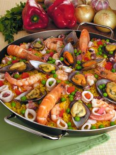 Paella sem mistério - Guia da Cozinha Check out this Paella recipe without mystery. It is irresistible! The recipes are tested and with photo. de frutos do mar Chef Recipes, Lunch Recipes, Great Recipes, Cooking Recipes, Healthy Recipes, Comida Pizza, Mumbai Street Food, Paella Recipe, Healthy Food To Lose Weight