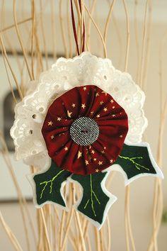 A Christmas yo-yo ornament tutorial Christmas Ornaments To Make, Christmas Sewing, Christmas Projects, Christmas Tree Decorations, Holiday Crafts, Christmas Crafts, Christmas Trees, Fabric Ornaments, Handmade Ornaments