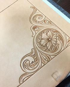 #leathercarving #leatherwork #leathercraft #leathergoods #floraldesign #レザークラフト #ブリーフケース#レザーカービング#唐草#Briefcase#handstitch#handmade
