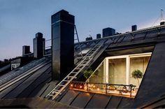 aménagement toit terrasse romantique décoré de guirlandes lumineuses et de plantes vertes en pots
