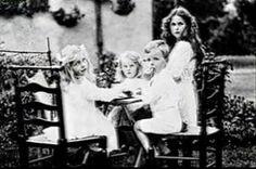 deborah mitford – Page 2 – The Mitford Society Mitford Sisters, Nancy Mitford, Family Jokes, English Novels, Six Sisters, Beloved Book, Rich Kids, High Society, Old Photos