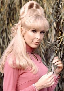 """Barbara Eden (born August 1931 is an American film, stage, and television actress and singer. She is best known for her starring role of """"Jeannie"""" in the sitcom I Dream of Jeannie. Barbara Eden, Divas, Timeless Beauty, Classic Beauty, Vintage Hollywood, Classic Hollywood, Julie Newmar, I Dream Of Jeannie, Actrices Hollywood"""