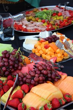 Fruit platters cannot be missing. For those who like pavalova then, after s . Party Platters, Food Platters, Cheese Platters, Appetizer Recipes, Appetizers, Brunch Recipes, Tapas, Veggie Cheese, Edible Arrangements