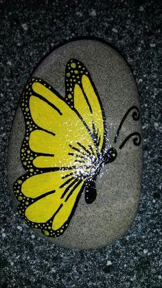 Sommerfugl malet på sten