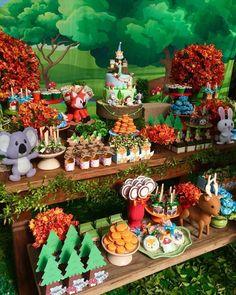 Nosso bolo no tema Woodland (animais da floresta) na decoração linda da Juliana Salvador da @happykidsatelier. Bolo cenográfico disponível para locação. Contato pelo whatsapp 21 964100332. . . . Nossos bolos são feitos com a melhor massa @pejumel_massa_fox.