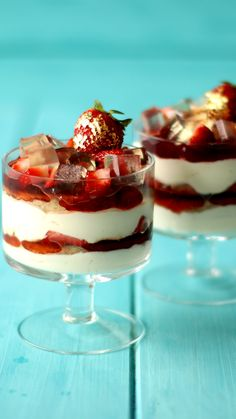 Strawberry Champagne Trifle - Layers of whipped cream, champagne cake, and strawberry jam are topped with champagne jellies and f - Champagne Jelly, Champagne Cake, Strawberry Champagne, Strawberry Jam, Strawberry Shortcake, Trifle Desserts, Dessert Recipes, Milk Shakes, Food Videos