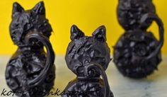 Вот такого вкусного шоколадного кота из печенья можно приготовить малышне на Halloween.   Материалы:  1 Шоколадное печенье Орео  2 Круглое песочное печенье чуть меньшего размера, чем Орео  3...