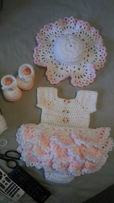 This Pin was discovered by Sha Crochet Dress Girl, Crochet Baby Bonnet, Baby Girl Crochet, Crochet Baby Clothes, Newborn Crochet, Cute Crochet, Crochet For Kids, Crochet Hats, Baby Frock Pattern