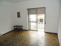 Apartamento T1 (2 Assoalhadas): Composto por Hall, Cozinha Equipada, Sala com Varanda, Quarto com Roupeiro, WC., Excelente Localização Junto a Comércio e Serviços. Negociável