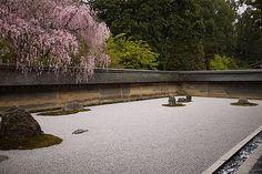 Rock garden in Ryoan-ji temple, Kyoto, Japan Temple Gardens, Zen Gardens, Zen Rock Garden, Garden Park, Beautiful Landscapes, Beautiful Gardens, Japan Garden, Japanese Temple, Zen Style